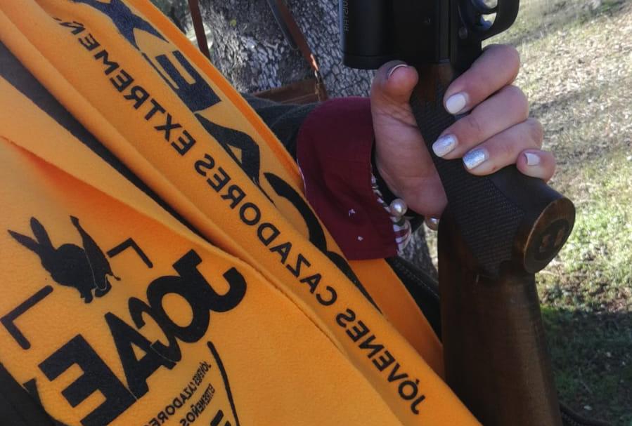 Joven portando chaleco de JOCAEX y arma