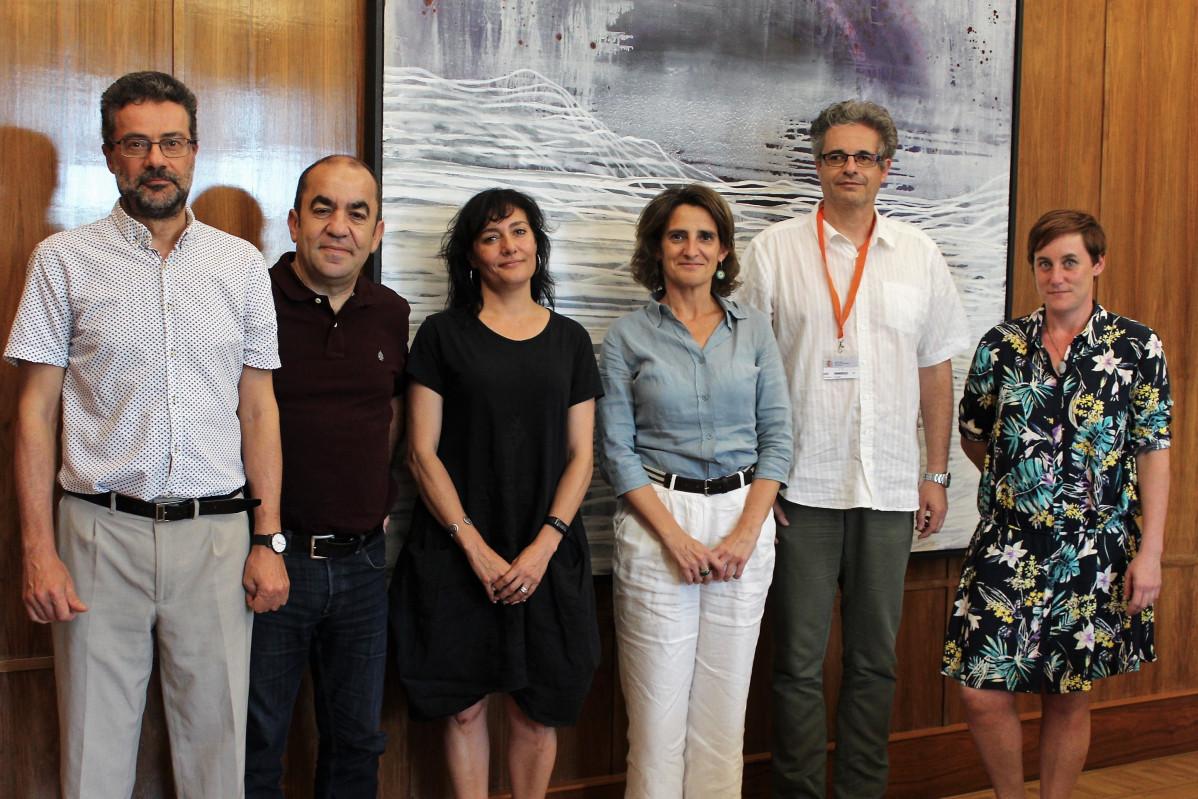 Teresa Ribera, con los responsables de las organizaciones ecologistas WWF, SEO/BirdLife, Ecologistas en Acción, Greenpeace y Amigos de la Tierra, que componen el denominado G5.